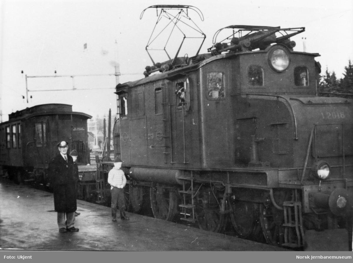 Elektrisk lokomotiv type El 1 nr. 2018 med prøvetog på Tønsberg stasjon i forbindelse med overgangen til elektrisk drift på Vestfoldbanen.