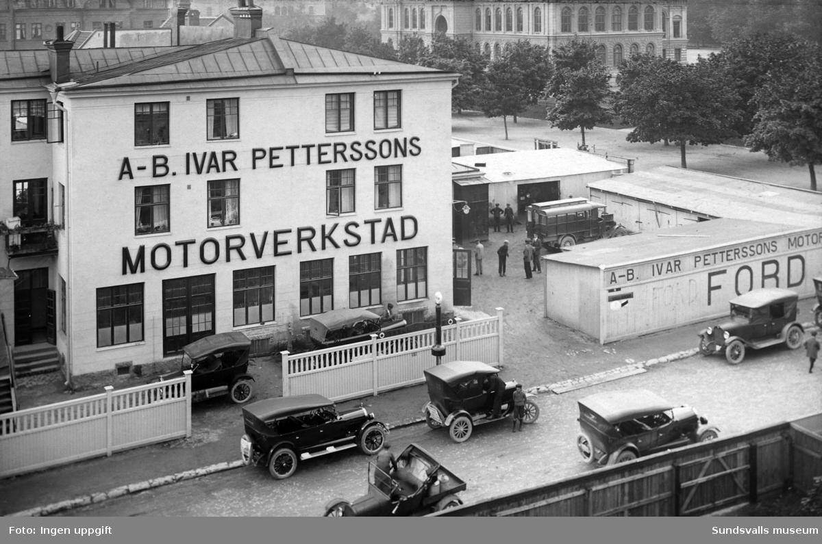 Ivar Petterssons motorverkstad på Rådhusgatan 39. Korsningen Rådhusgatan - Skolhusallén.