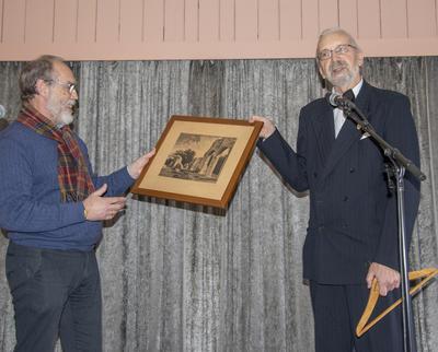 Knut Bakke, for Hamar Bymuseums venner, overrakte en bursdagsgave til Anno Domkirkeodden; et trykk av domkirkeruinen fra 1925 og en kleshenger fra en ikke altfor kjent, tidligere herreforretning i Hamar.