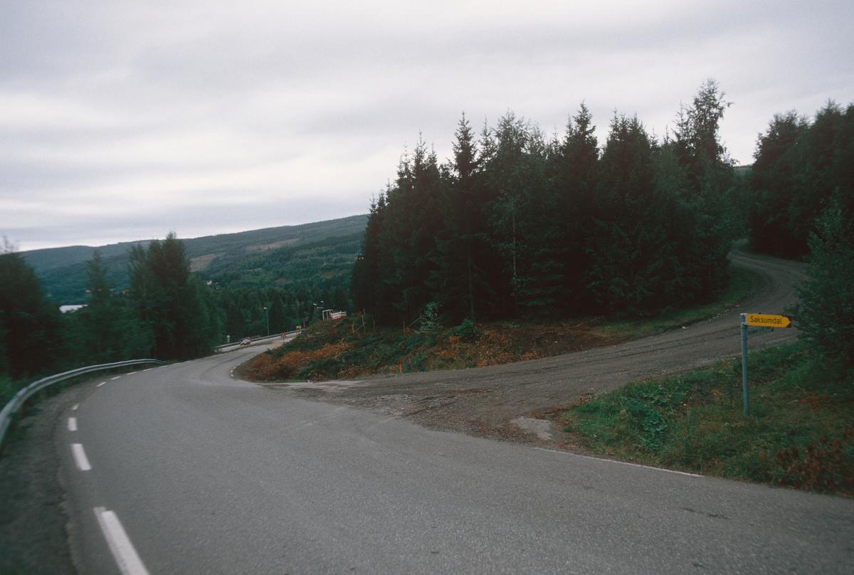 Lillehammer.  Vingrom.  Fortau langs nedre enden av Døsvegen under anlegg.  Burmavegen tar av til høyre.  E6 i bakgrunnen.  Sett mot sør.
