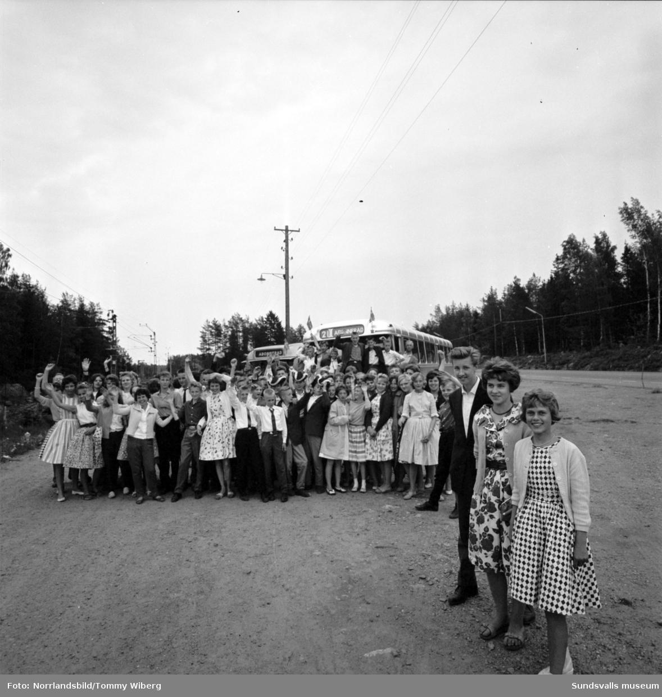 Vinnarna i Dagbladets uppsatstävling 1960 är på klassresa till Furuvik med sina klasskamrater.