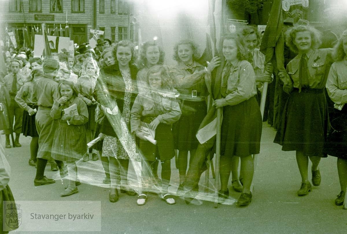 Jenter oppstilt på torget.