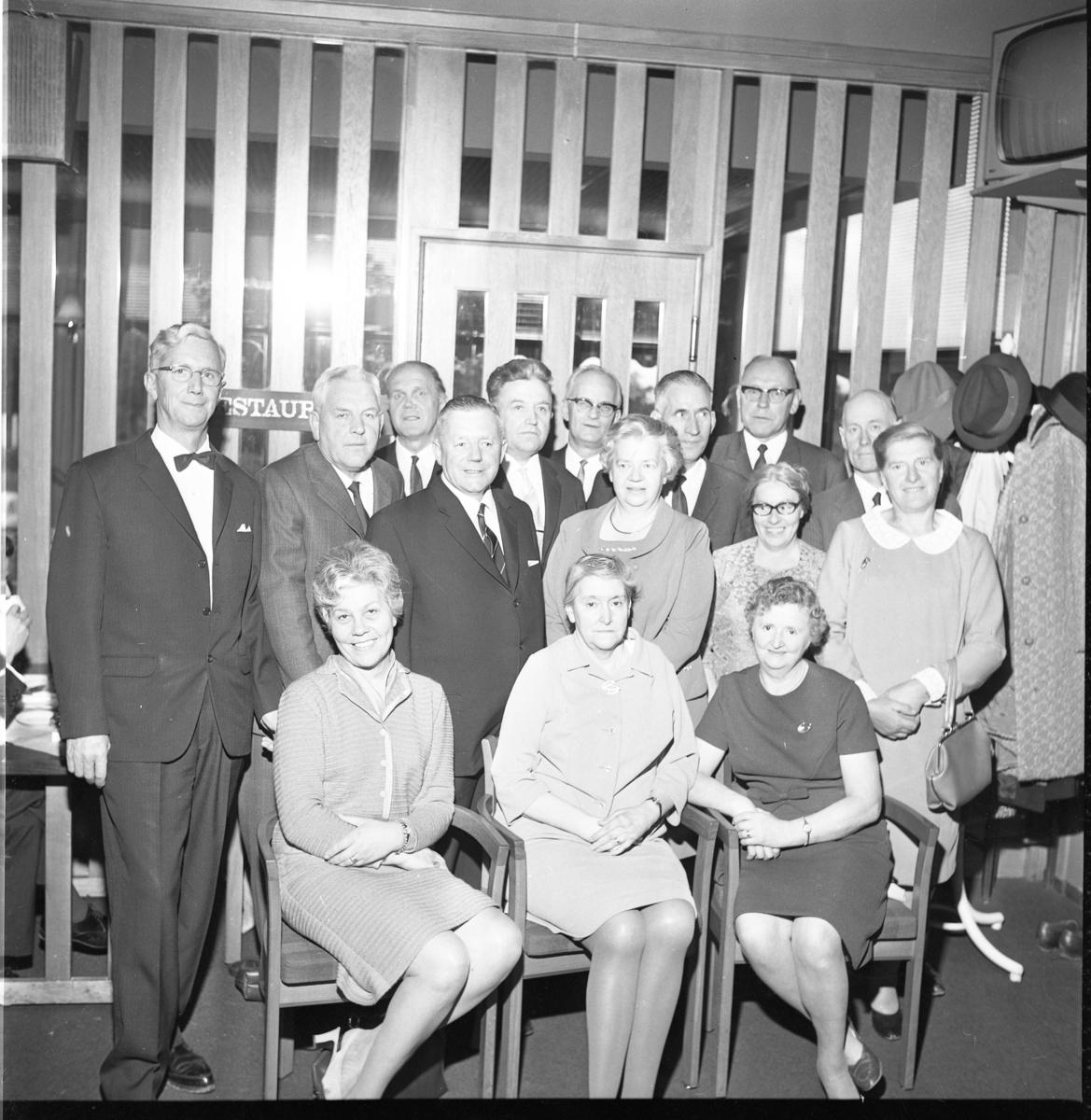 Män och kvinnor, sittande och stående, i 60-årsåldern samlade på Vätterleden för skolträff. Sittande till höger är Ruth Ölmebring från Ölmstad. Som tvåa från vänster står åkeriägaren/taxiägaren Allan Johansson i Gränna. Bland männen finns också köpman Sven Johansson.