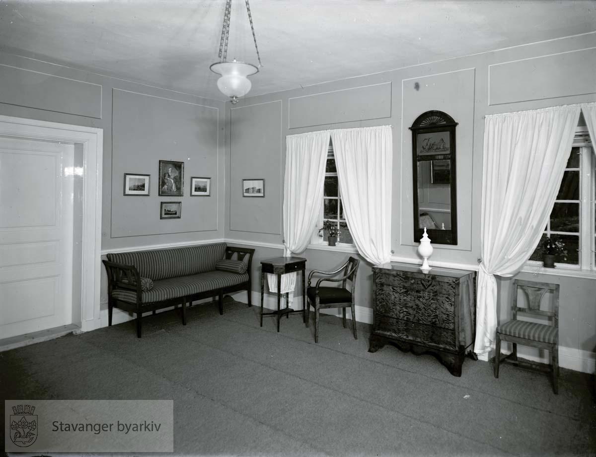 Forstue med stoler, kommode, sofa, bord, speil.