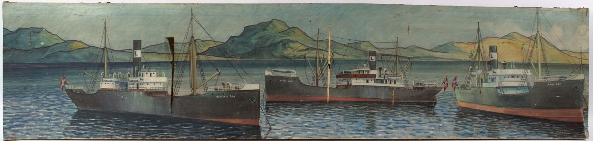 Flerskipsmaleri av Erich Grant Lea´s flåte i to deler. Ser følgende dampskip: HORTENSE LEA, DINA LEA, og ANNA LEA liggende oppankret med holmer og fjell i bakgrunnen. Alle fører norsk flagg i akter.