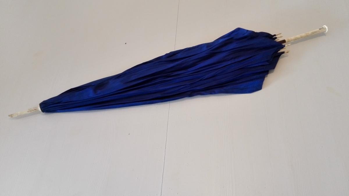 1 herreparaply. Herreparaply med blått silketrekk, beinspilar med dreidde, kvite beinsnelder i endane. Utskåre kvitt handtak av bein. Dobbskoen avbroten. Lengd 91 cm. Kjem frå fam. Meidell, Balestrand.  Svein L. Vold