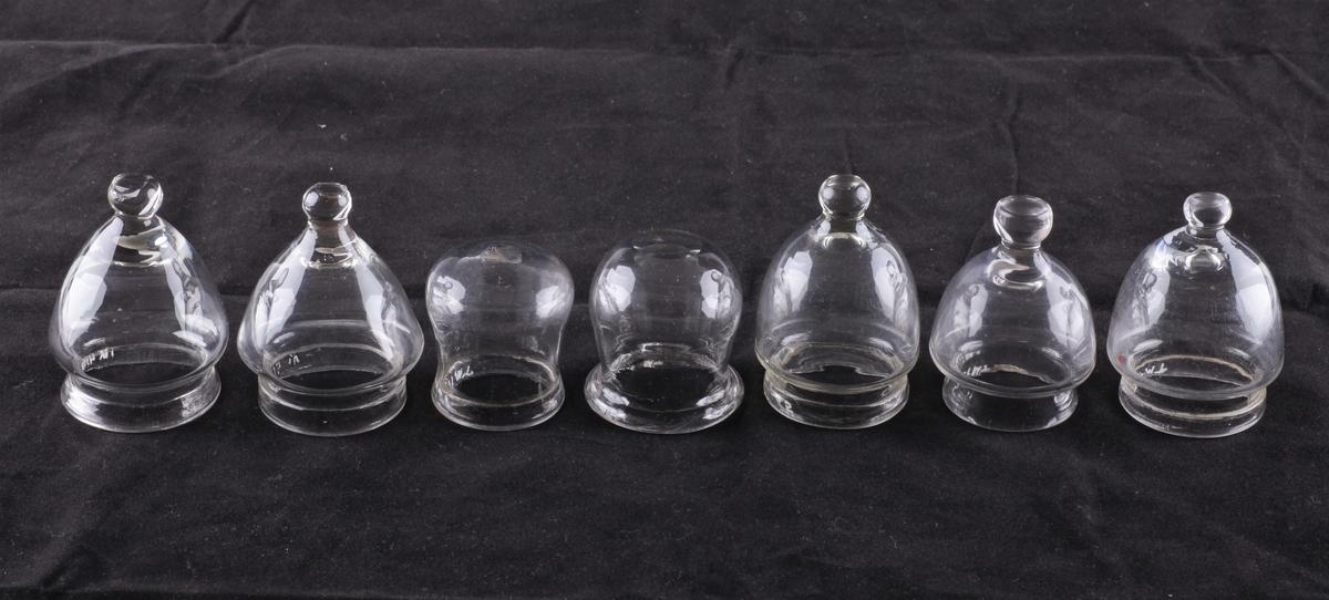 Koppeglass blåst av klart glass. Klokkeformet med fotring og knopp på toppen.