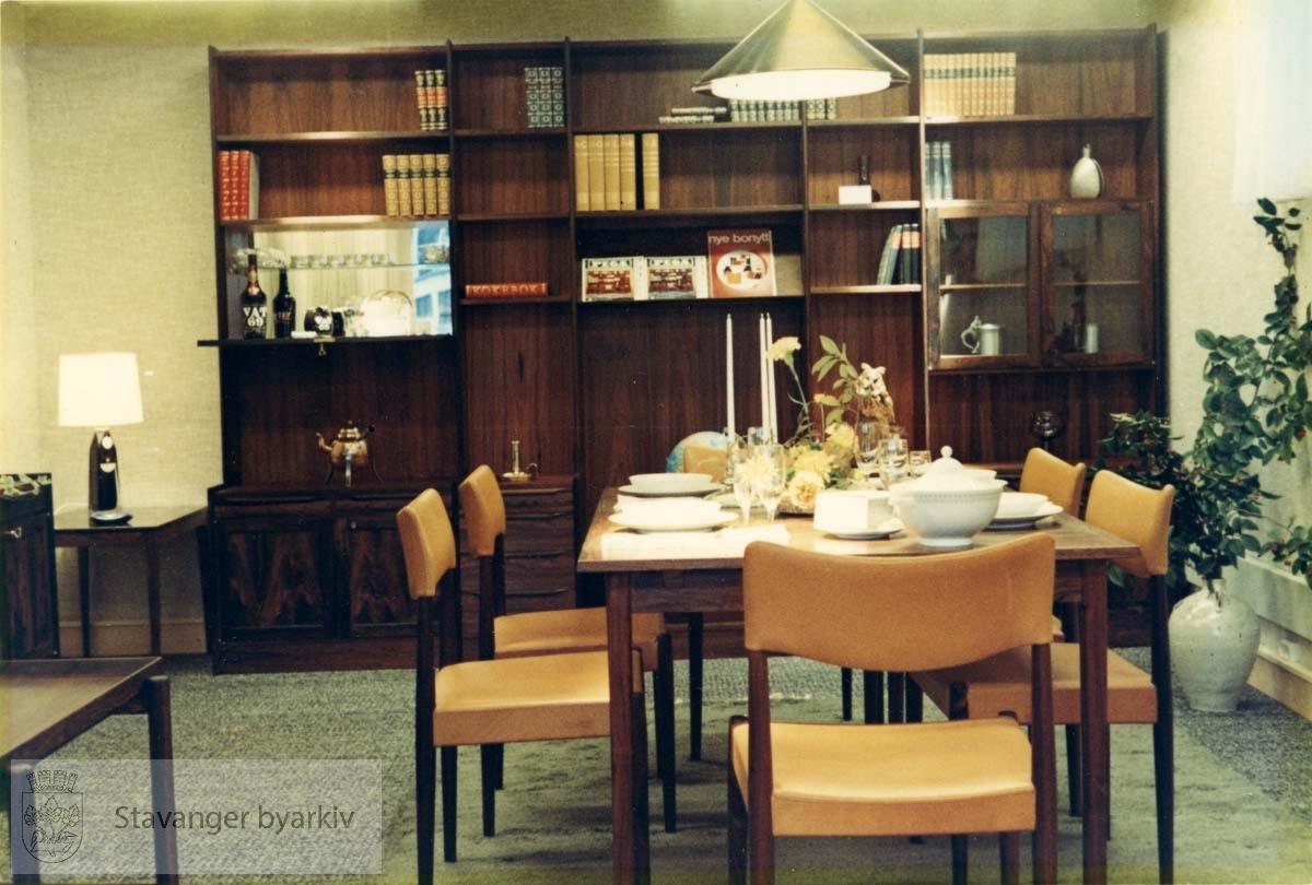 Bolighus var Norem Baades nye filial som ble åpnet 19.09.1968. Butikksjef var Bjarne S. Onarheim. Fotografiene BySt2011_01_083a-d er 4 bilder som var satt sammen og rammet inn. Spisestuemøbler, bokreol, belysning. Utskilt fra PA293.