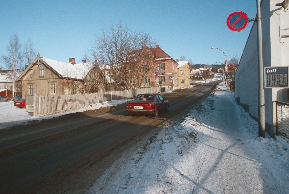 Lillehammer.  Lysgårdsveien før ombygging til å bli en del av Nordsetervegen, som etter ombyggingen starter ved krysset Tomtegata/Gamlevegen.  Sett mot nord-øst.   Rørleggerforretningen P. Ramsøy i bakgrunnen.  Lysgårdsveien 2 til venstre (etter utbygging omadressert til Nordseterveien 8).