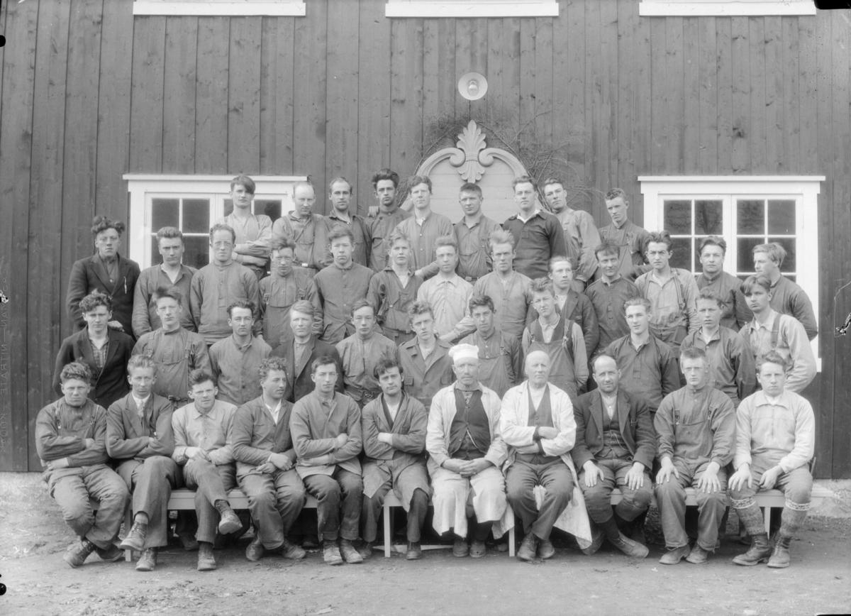 Elever og lærere ved Hjerleids Husflidsskole, Dovre. Midt i første rekke med hvite frakker   lærerne Ola Lillevik og Ragnvald Einbu