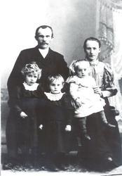 Johanne og Laurits Finjord med barna Dagny, Oliva og Ragnhil