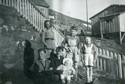 Honningsvåg. Familien Grøtta utenfor huset i Elvedalen. 1953