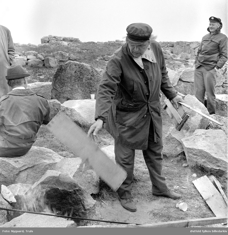 Akerø-komiteen på befaring 1971. Bildet er tatt 1971. Arkeolog Erling Johansen i frakk.