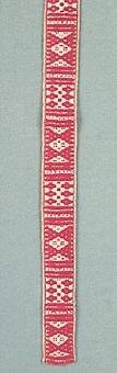 """Magdbandet utgör linningen på Mora kvinnodräkts magd (förkläde). Den är vävd i bandvävstol med lingarn och rött ullgarn till varp och lingarn till inslag. Detta band har även en liten gul och grön kant vilken visar att den hör till just Moras dräkt. Även liråkuppan (väskan) brukar förses med detta mönstervävda band. Många av krusbanden (mönstrade band) vävdes i Garsås by eller av utflyttade """"Garsingar"""". Anna Eriksson, Gopshus, född 1907 är ett exempel på det senare. Ännu år 1997, vid 90 års ålder var hon verksam och vävde åt Hemslöjden. Krusband försedda med en mängd olika mönster benämns imsa-lund band i Garsås. Krusband med en grön tråd i mitten hör mer hemma i Orsa men kan även användas till Moras grönmagd."""