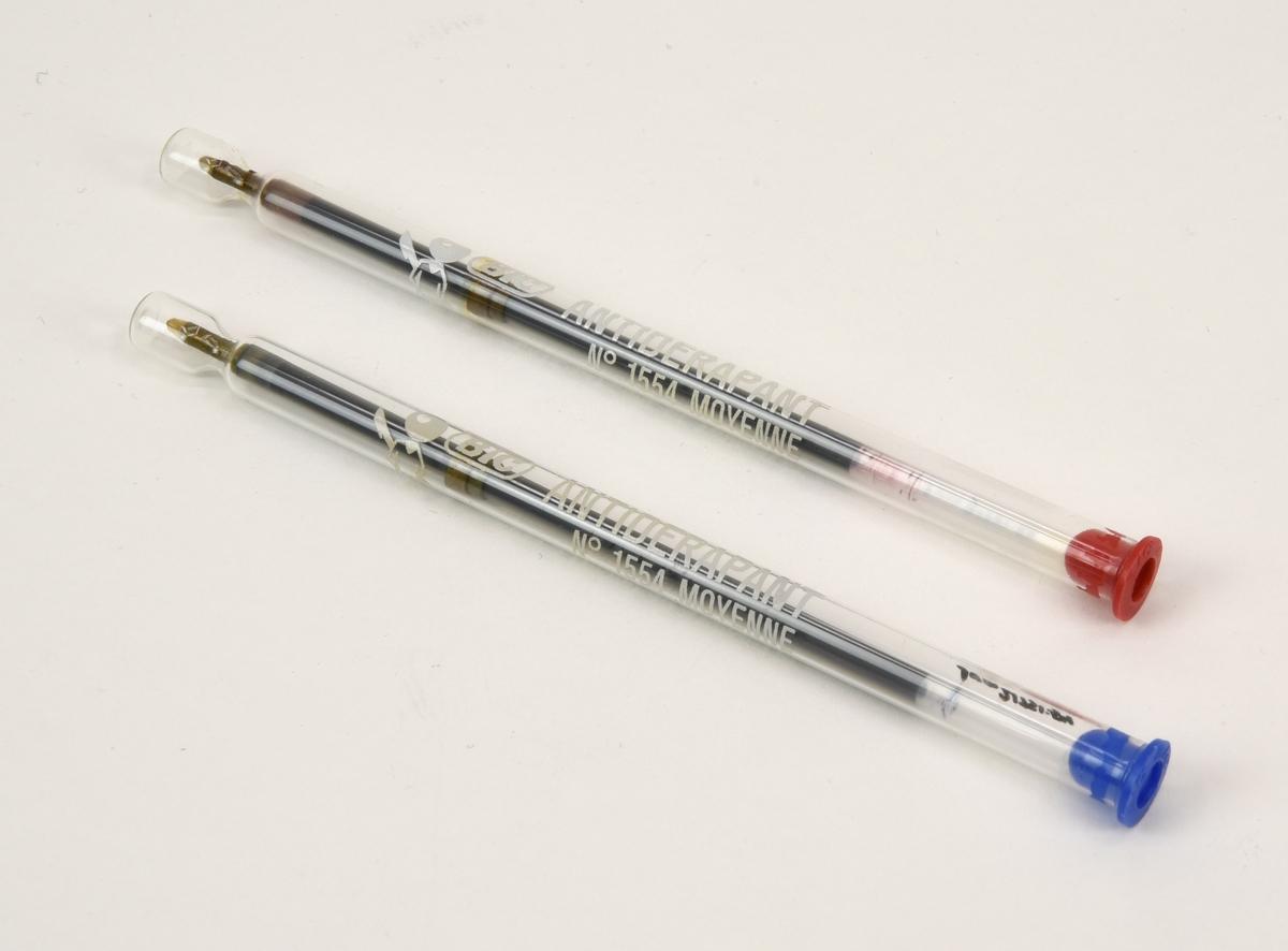 """Två kulpatroner till kulspetspennor, en med rött bläck (:53) och en med blått (:54). Patronerna förvaras i glasrör med röd respektive blå plastkork. I änden är röret sammanpressat för att hålla patronen på plats. På röret finns Bics logotyp, artikelnummer, """"ANTIDERAPANT"""" och """"BILLE CARBURE DE TUNGSTENE"""" tryckt i vitt."""