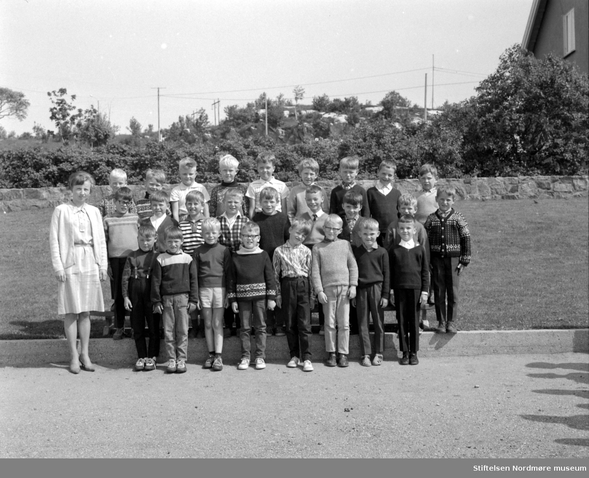 1. klasse ved Nordlandet skole, på Nordlandet i Kristiansund. Bildet er datert 1967. Fotograf er Nils Williams. Fra Nordmøre museums fotosamlinger.