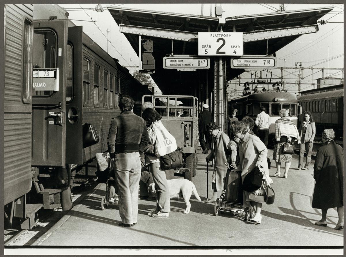 """Resande på perrongen 1981, """"Lapplandspilens"""" sista avgång från Eskilstuna C."""