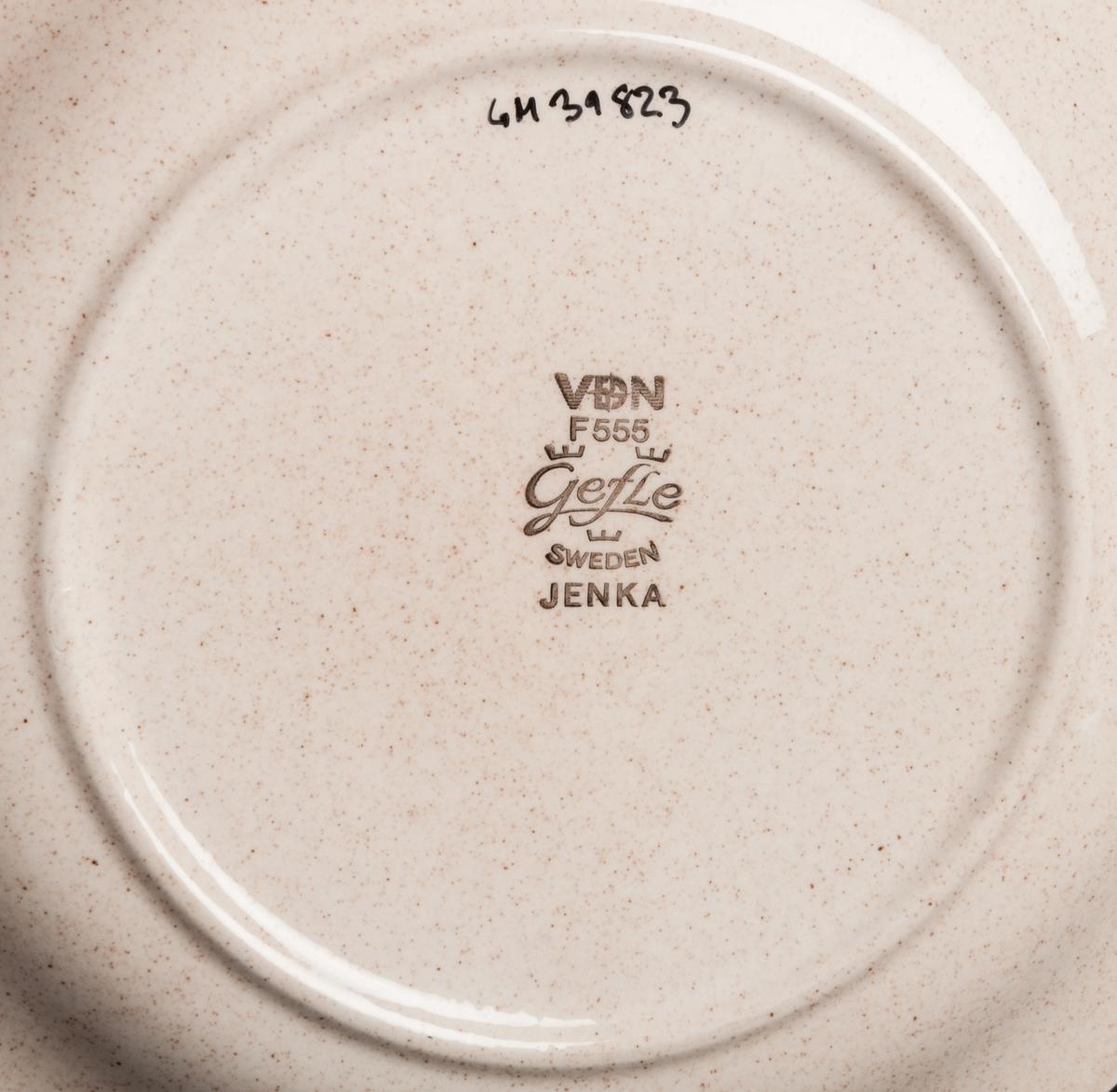 Assiett, brunmelerad med bruna band och blomsterranka. Dekor: Jenka  VDN-märkt F555