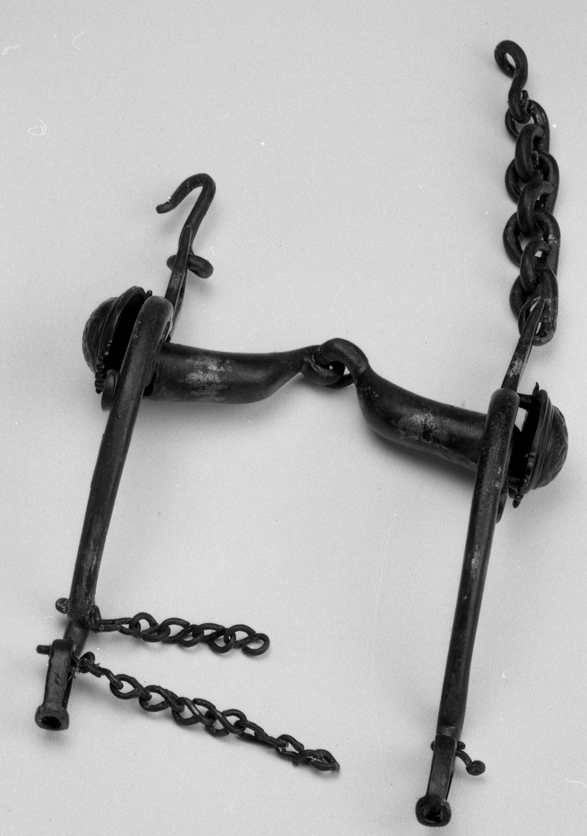 Hesteredskap av jern, stangbissel, stigbøyle osv. Lås og nøkkel.