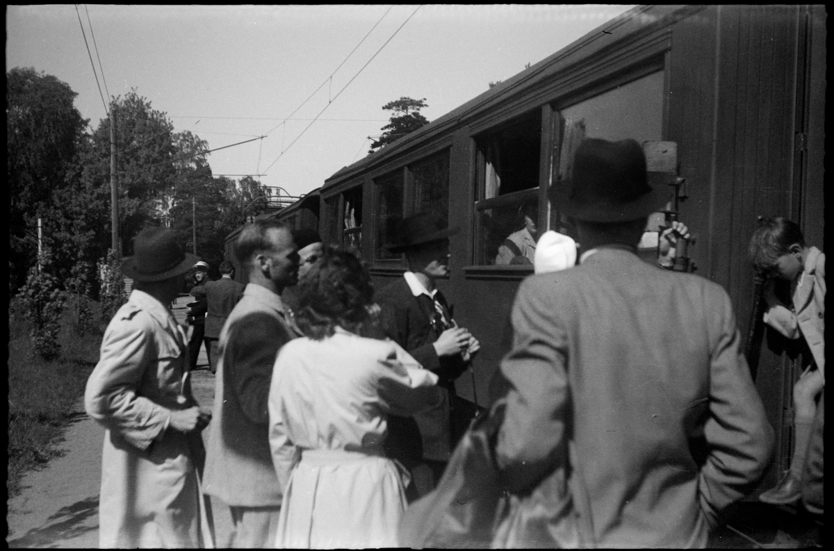 Resande vid persontåg på Djursholms Ösby station.