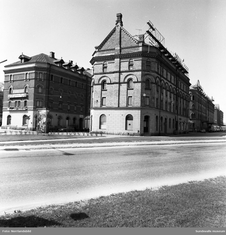 Hamnmagasinen Barkassen och Skonerten innan ombyggnationen till Kulturmagasinet.