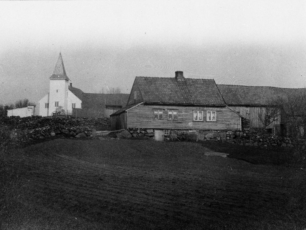 Garden til Abraham A. Time med dei gamle bygningane som nå (1986) er borte. Nytt heimehus vart bygd 1949, fjøs, stall og låve i 1934. T. v. Time kyrkje med stallbygningane heilt til venstre,