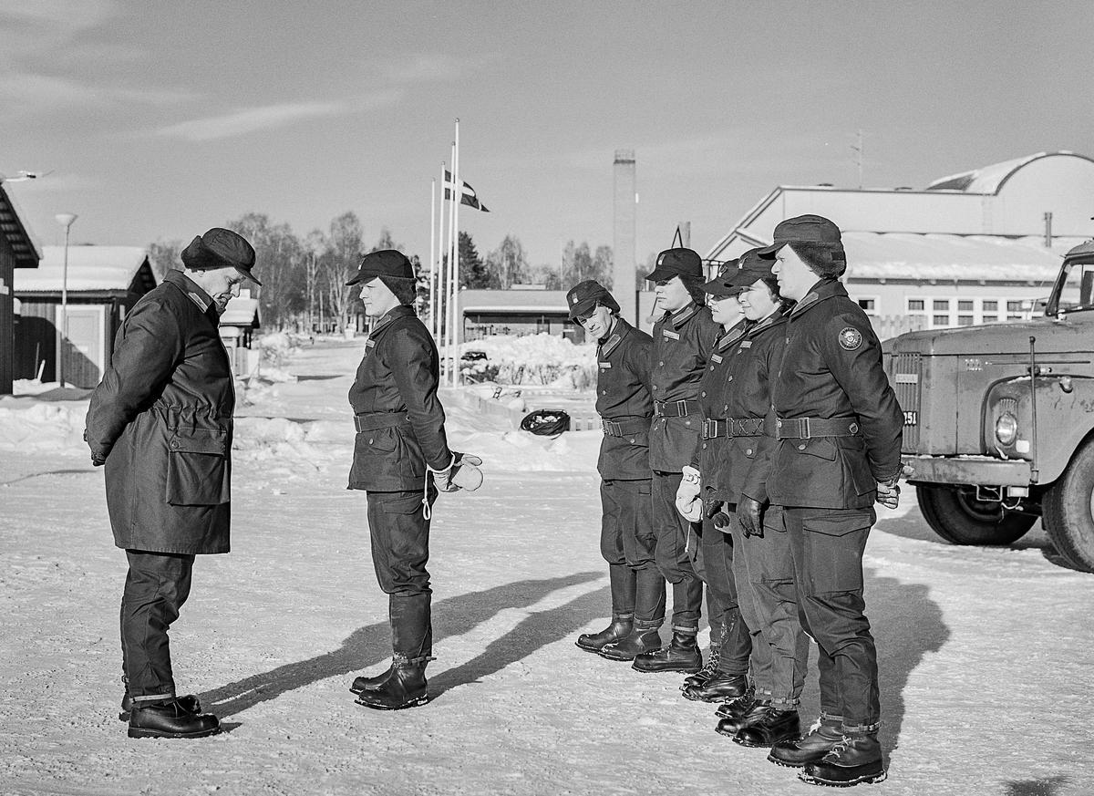 Trängens aspirantskola vid T 2 i Skövde genomför vinterutbildning i motortjänst. Här tar kurschefen emot en av grupperna.