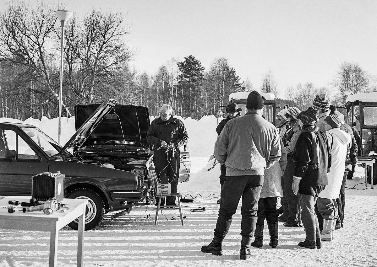 Här hade lärare vid Svegs skolor bjudits in för att öka sina kunskaper i vinterteknik och hur trilskandes fordon startas. 1. Ding Bengt Lundblad vid Motorskolans teknikavdelning lär ut hur hjälpstartkablar kopplas på ett säker sätt.