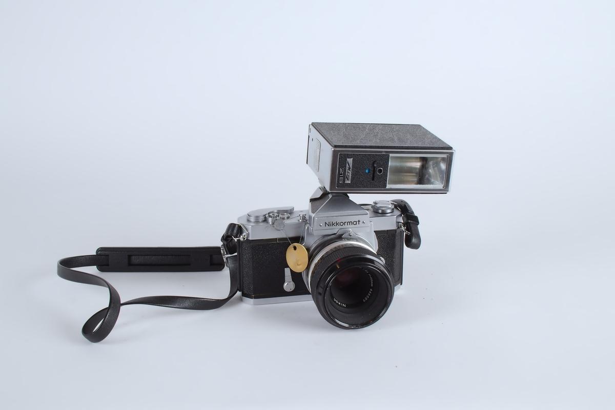 Fotografiapparat med blitz.