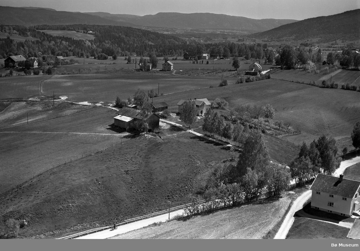 Flyfoto av Langkås og Pålskås på Langkåshaugen i Bø.  Bak ser vi fleire Sisjord-gardar.