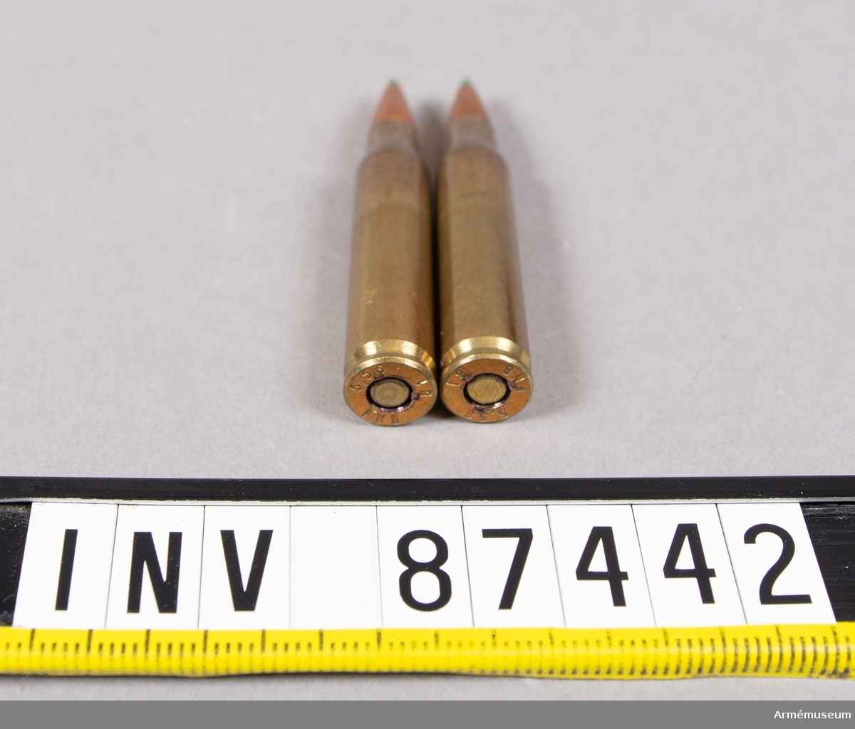 2 st 5,56 mm NATO patroner FN SS 109, projektil med stålkärna, för NATO-vapen FNC, MINIMI, automatkarnin M16 A 1, automatkarbin 5. Grönmarkerade spetsar på projektilerna.