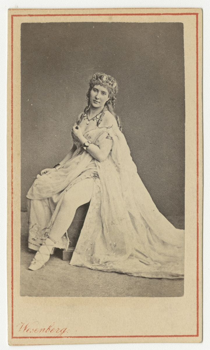 Porträtt av okänd kvinna, troligen rysk balettdansös.