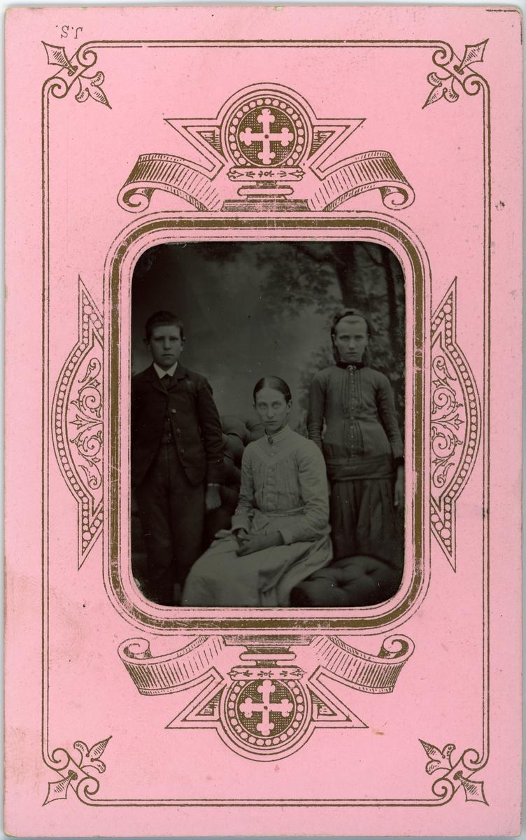 Kabinettsfotografi - Elisabeth (Elise), Jenny (Hedvig Johanna) och Henrik Wenster, sannolikt Uppsala, omkring 1890