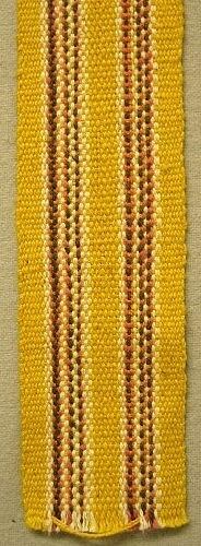 Brett band vävt i varprips. Bandet använt som brickband.Varp: Cottolin och Bomullsgarn i gult, rosa, vitt och brunt. Inslag: Cottolin.