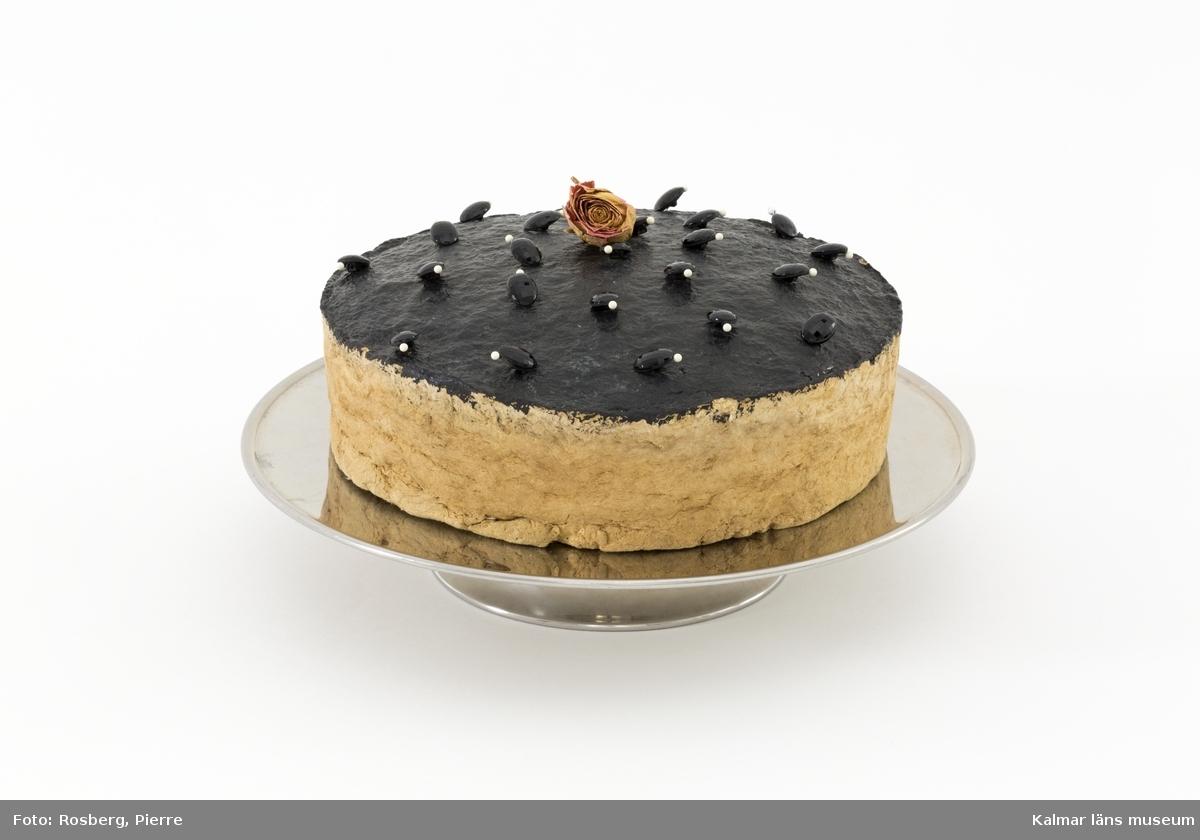 Dekorerad tårta på fat.