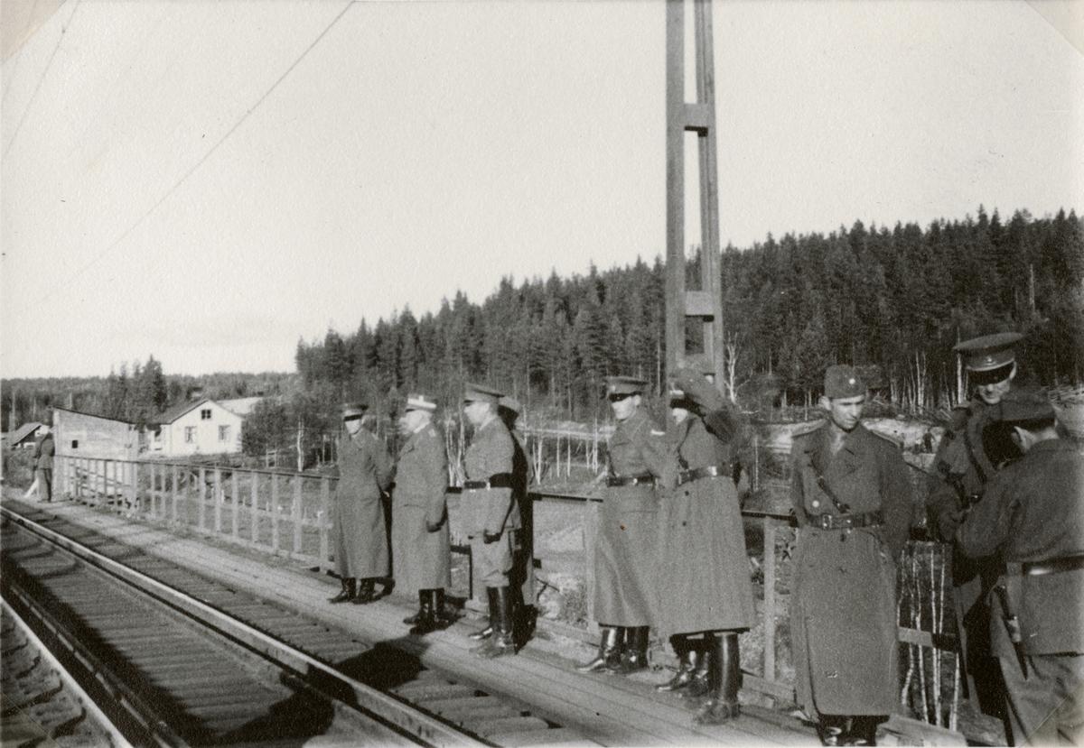 """Text i fotoalbum: """"I. jvgbat. 2-vånings jvgkrigsbro vid Petikån norr om Jörn (okt. 1941)."""""""