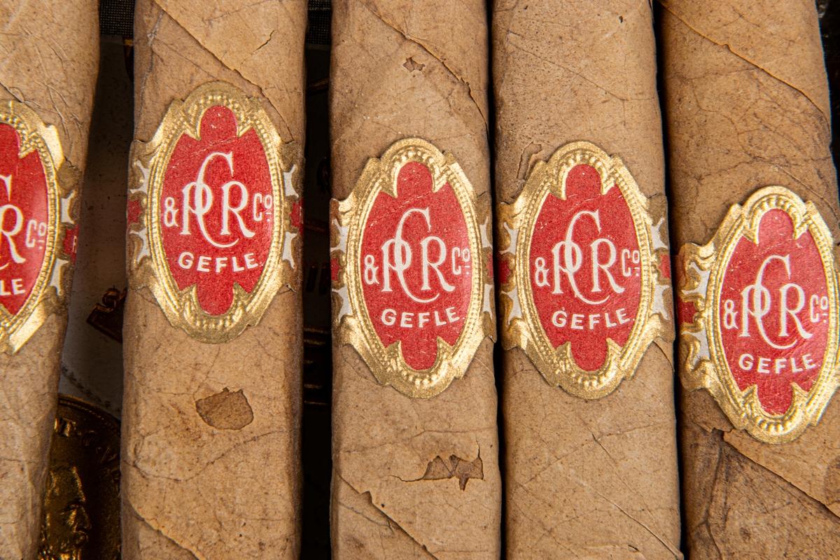 Kat.kort: Cigarrlåda, träförpackning, märkt P.C. Rettig & Co, Gefle. St. Andreas. Flor Fina 10 Claro.