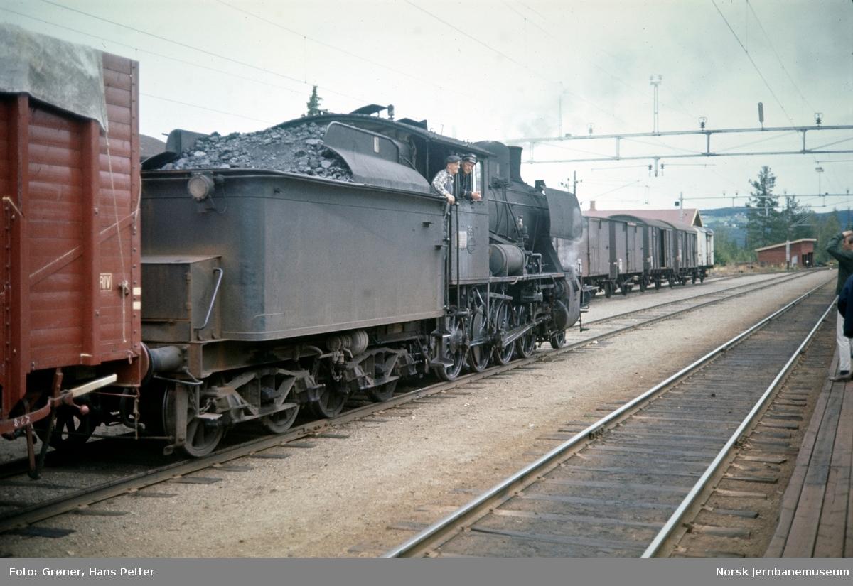 Damplokomotiv type 24b nr. 264 med godstog til Skreia på Reinsvoll stasjon.