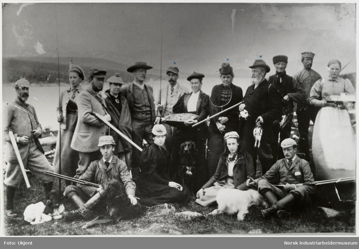 Gruppe med mennesker samlet på Sundet med turantrekk og jaktutstyr