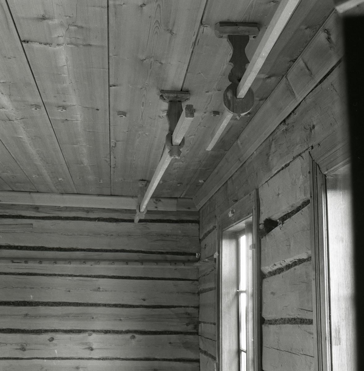 Trägolv, träväggar och träbeslag sitter i taket med träpinnar som går igenom. Det finns också fönsterkarmar. Utegårn 19 augusti 1990.