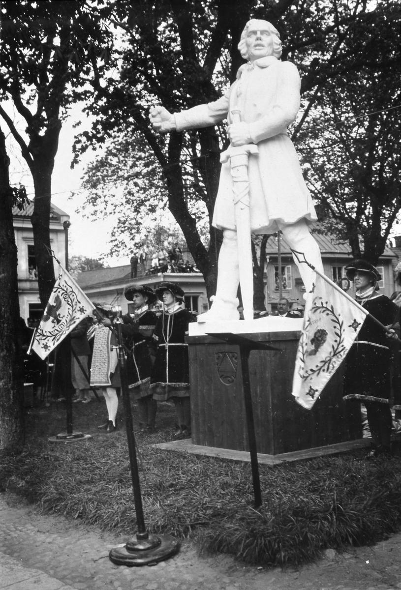 Engelbrektstatyn är avtäckt. Detta skedde i samband med Arbogautställningen och riksdagsjubileet 1935. (Engelbrekt är dock gjord av gips. Originalstatyn fraktades till Arboga senare under året). Medeltidsklädda män med fanor flankerar statyn. Observera människorna som klättrat upp på taket för att få bättre överblick.