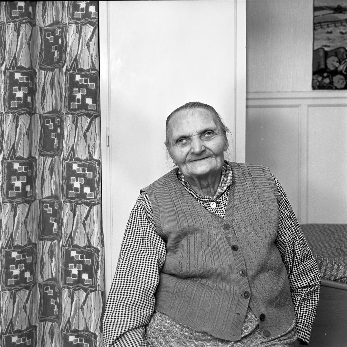 90-årig kvinna, boende i Valskog. Porträtt