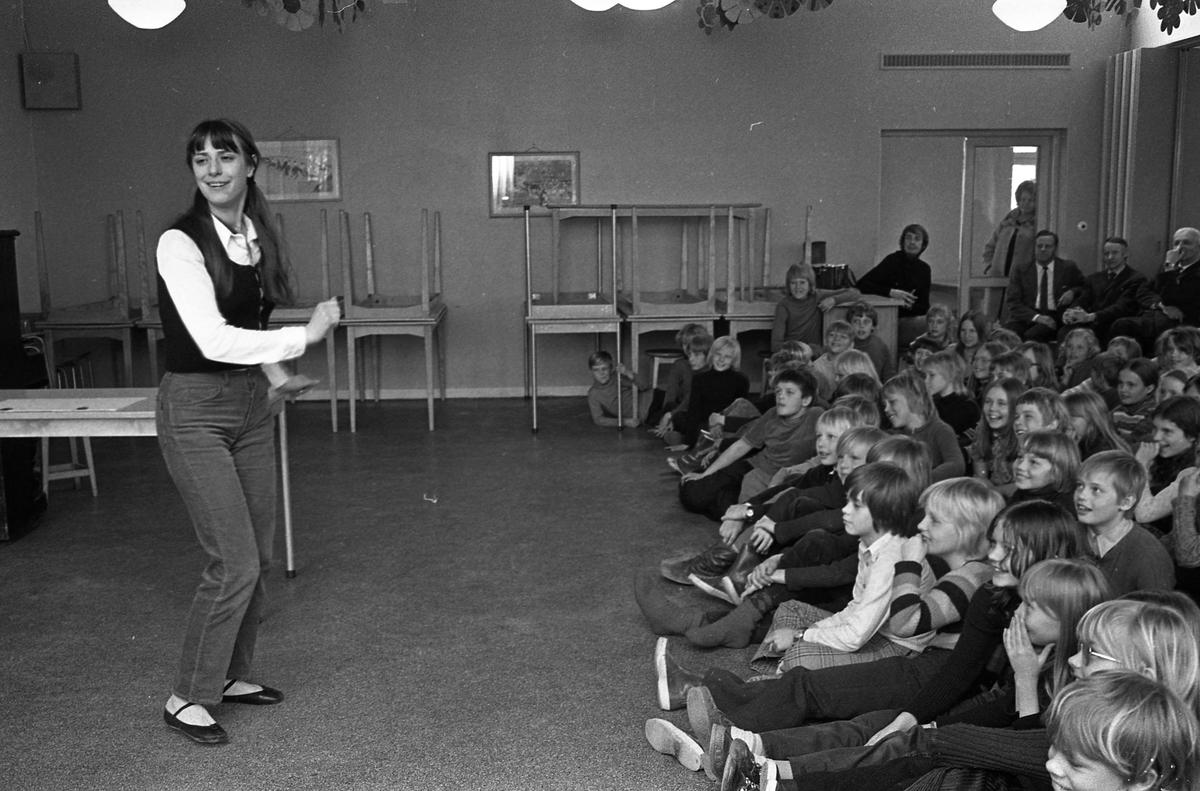 Arbetarnas Bildningsförbund från Västerås spelar teater för skolbarn. Även några lärare syns i publiken.