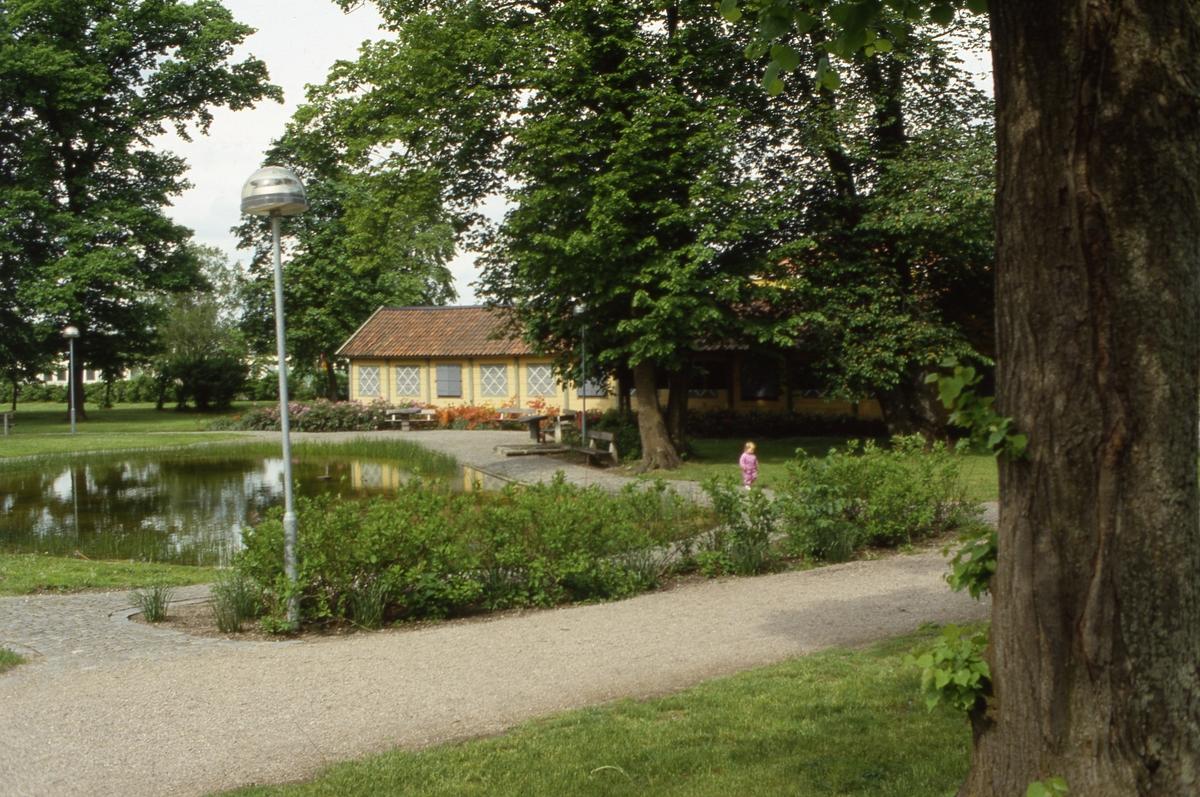 Olof Ahllöfs park med dammen och kägelbanan