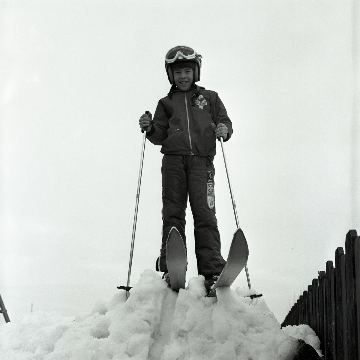 Anders Winter med skidutrustning i backen. Pojke som åker skidor.