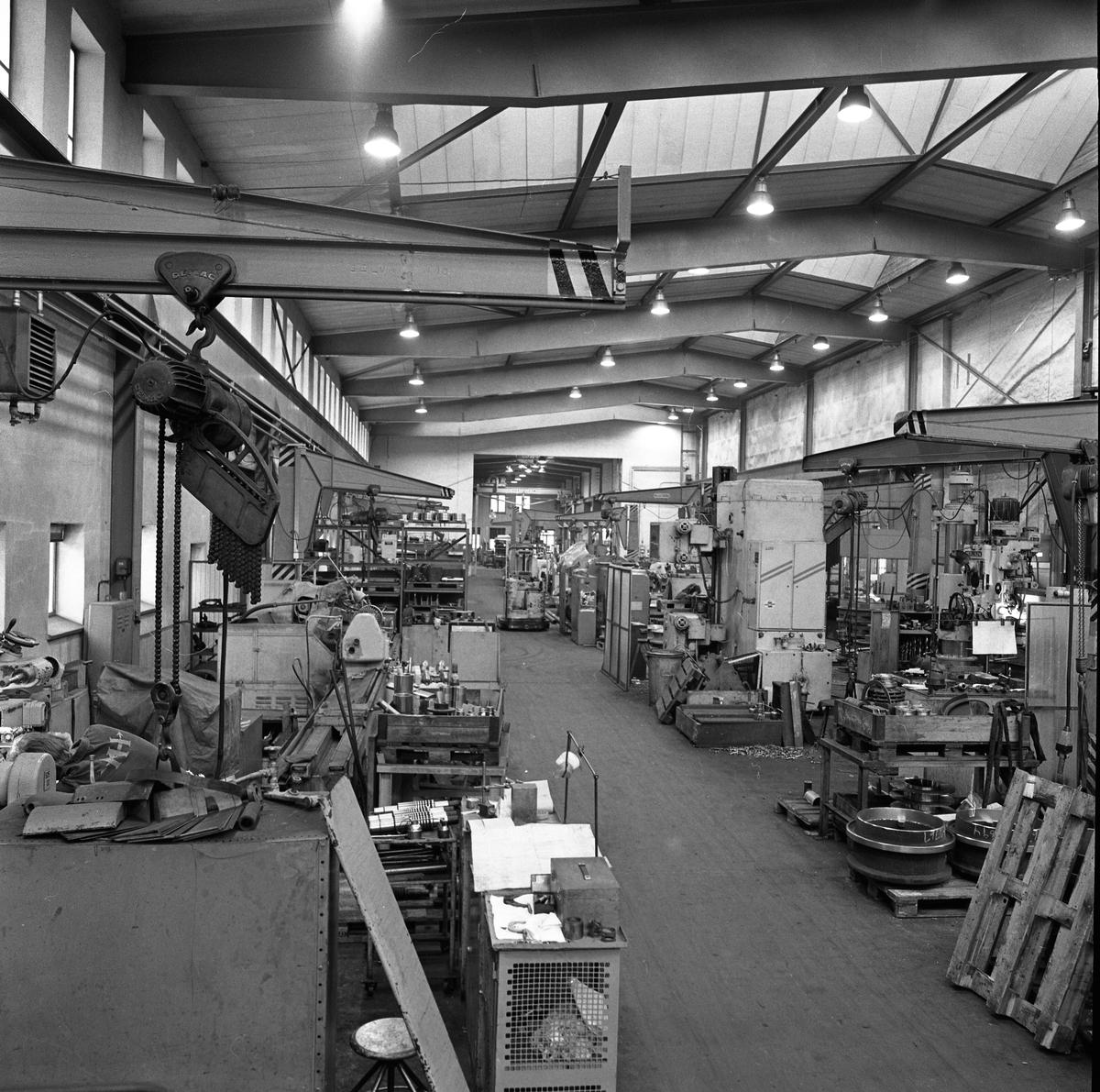 Arboga Mekaniska Verkstad, interiörer från maskinverkstaden och monteringsavdelningen (filarverkstan). Industrilokal med högt i tak och god belysning, maskiner i dubbla rader.  25 september 1856 fick AB Arboga Mekaniska Verkstad rättigheter att anlägga järngjuteri och mekanisk verkstad. Verksamheten startade 1858. Meken var först i landet med att installera en elektrisk motor för drift av verktygsmaskiner vid en taktransmission (1887).  Gjuteriet lades ner 1967. Den mekaniska verkstaden lades ner på 1980-talet.  Läs om Meken i Hembygdsföreningen Arboga Minnes årsbok från 1982.