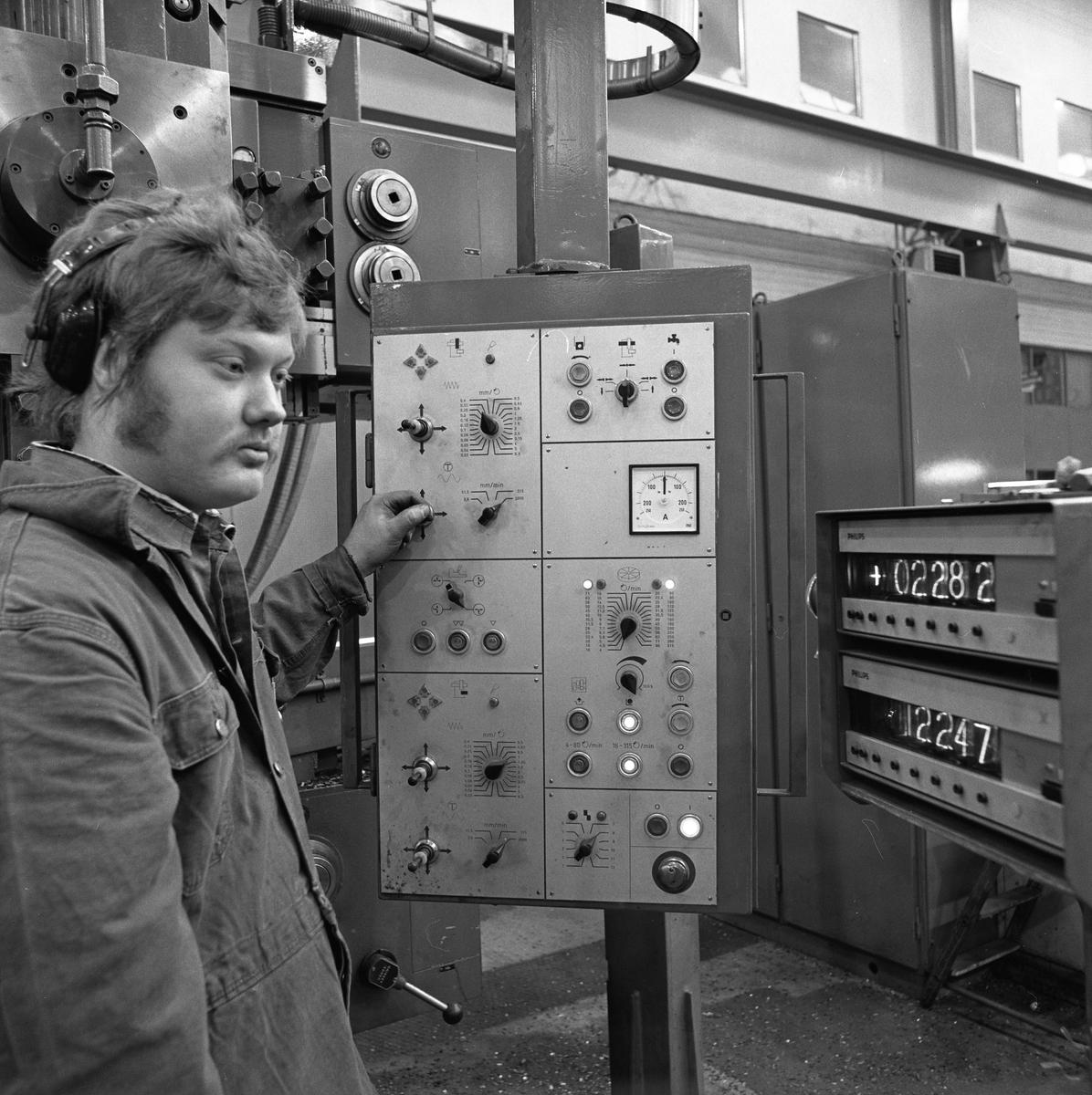 Interiör från maskinavdelningen på Arboga Mekaniska Verkstad. Mannen, vid maskinen, heter Gunnar Engberg. Han har overall och hörselskydd på sig.  25 september 1856 fick AB Arboga Mekaniska Verkstad rättigheter att anlägga järngjuteri och mekanisk verkstad. Verksamheten startade 1858. Meken var först i landet med att installera en elektrisk motor för drift av verktygsmaskiner vid en taktransmission (1887).  Gjuteriet lades ner 1967. Den mekaniska verkstaden lades ner på 1980-talet. Läs om Meken i Hembygdsföreningen Arboga Minnes årsbok från 1982.