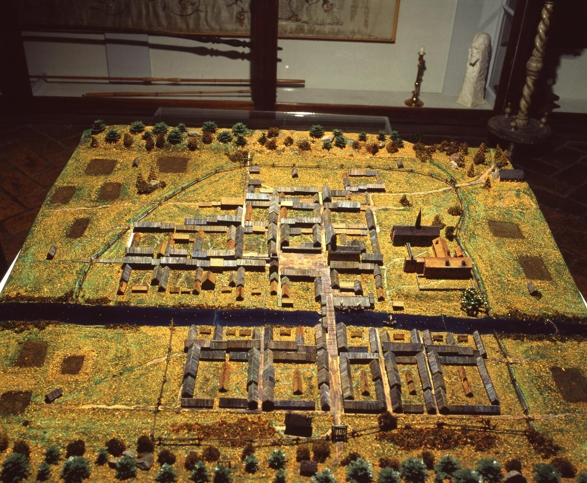 Arboga museum, modell av gamla Arboga Miniatyrlandskap med byggnader i kvadrater, ån i mitten, en bro och en kyrka.