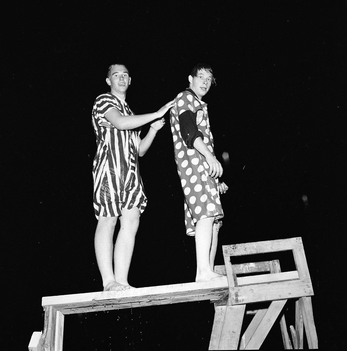 Arboga Simsällskap arrangerar Eldfest vid Villagatsbadet. Två män, iklädda underliga badkläder. Lars Rådeström till vänster.