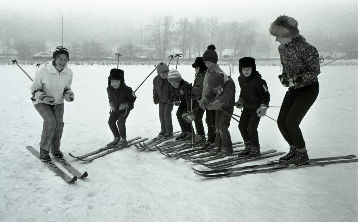 Avslutning på skidskola för barn. Två skidlärare och sju barn. Anita Gustafsson längst till höger.